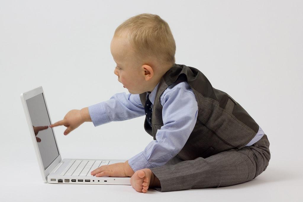 Zadbaj o swoje interesy Blogerze dziecko w garniturze i z laptopem