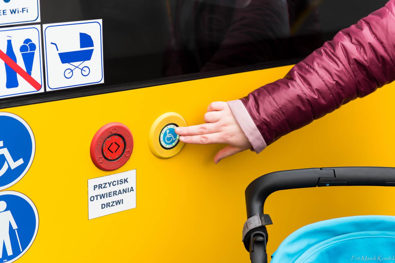 Jak bezpiecznie przewozić dziecko w komunikacji miejskiej przycisk