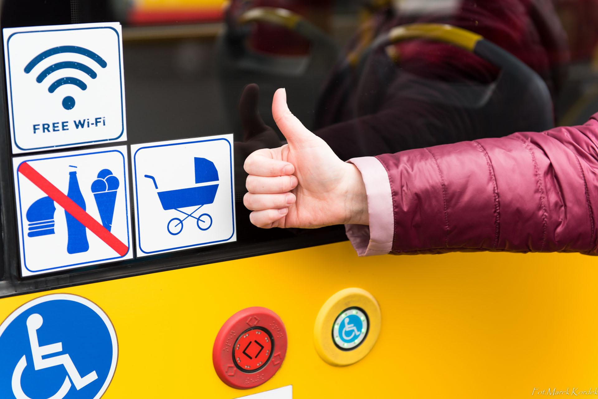 jak bezpiecznie przewozić wózek w autobusie oznakowane drzwi