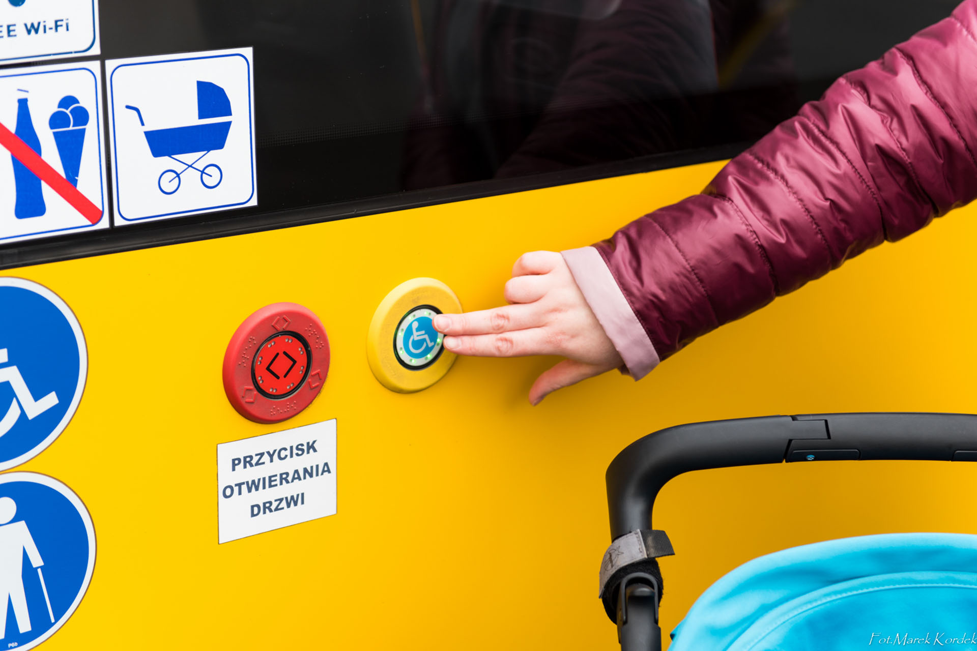 jak bezpiecznie przewozić wózek w autobusie wywołanie rampy