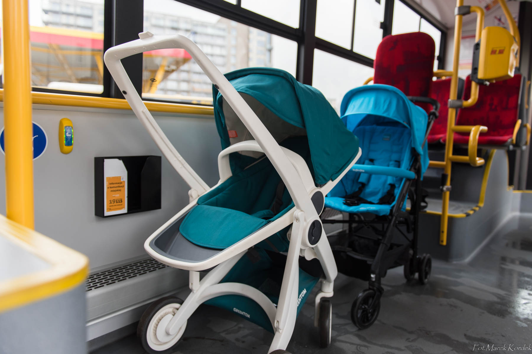 jak bezpiecznie przewozić wózek w autobusie wózki stoją prawidłowo