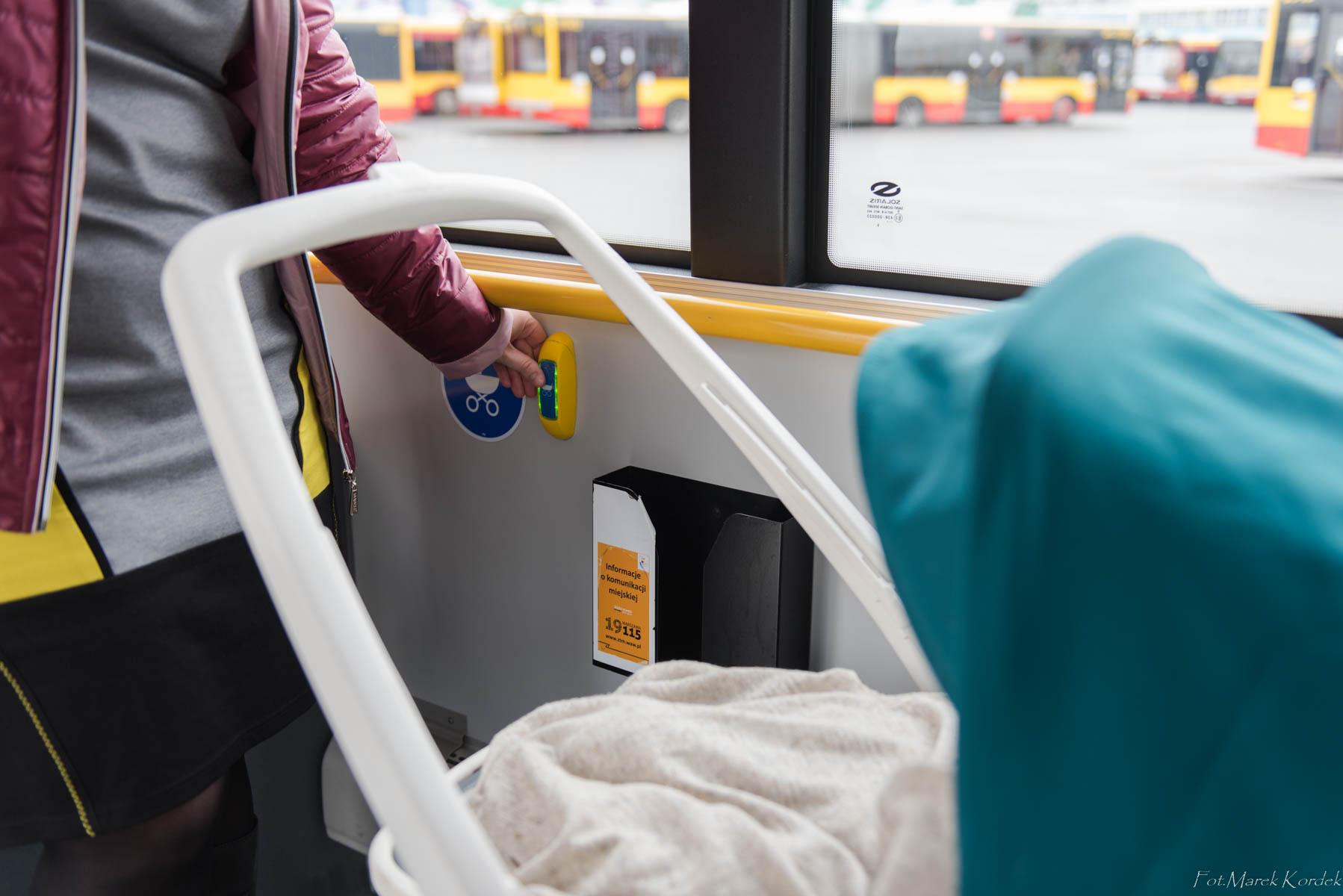 jak bezpiecznie przewozić wózek w autobusie sygnalizowanie wysiadania