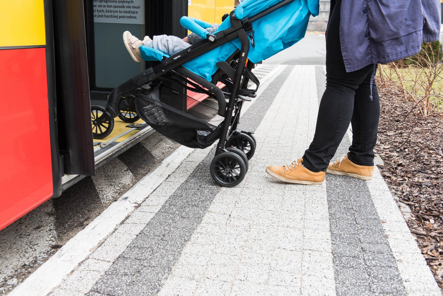 jak bezpiecznie przewozić wózek w autobusie prawidłowe wyjście