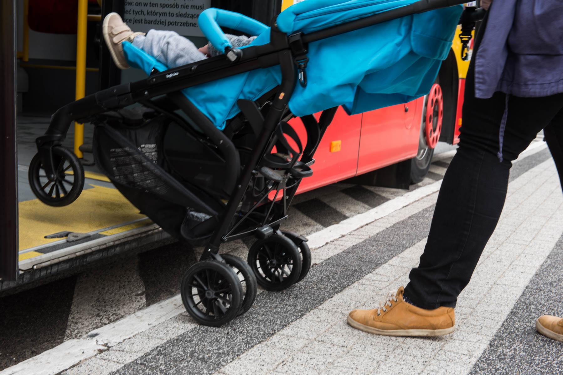 jak bezpiecznie przewozić wózek w autobusie wysiadanie z wózkiem