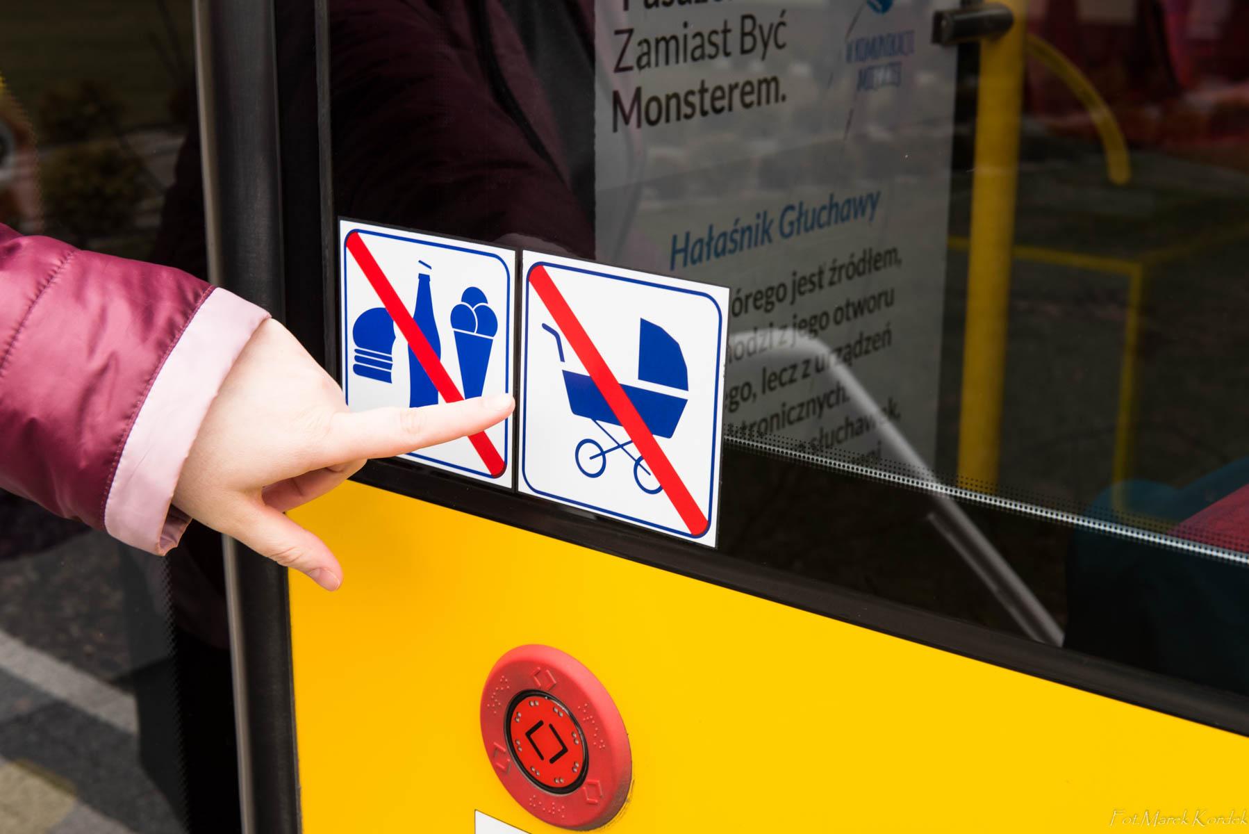 jak bezpiecznie przewozić wózek w autobusie oznakowanie drzwi