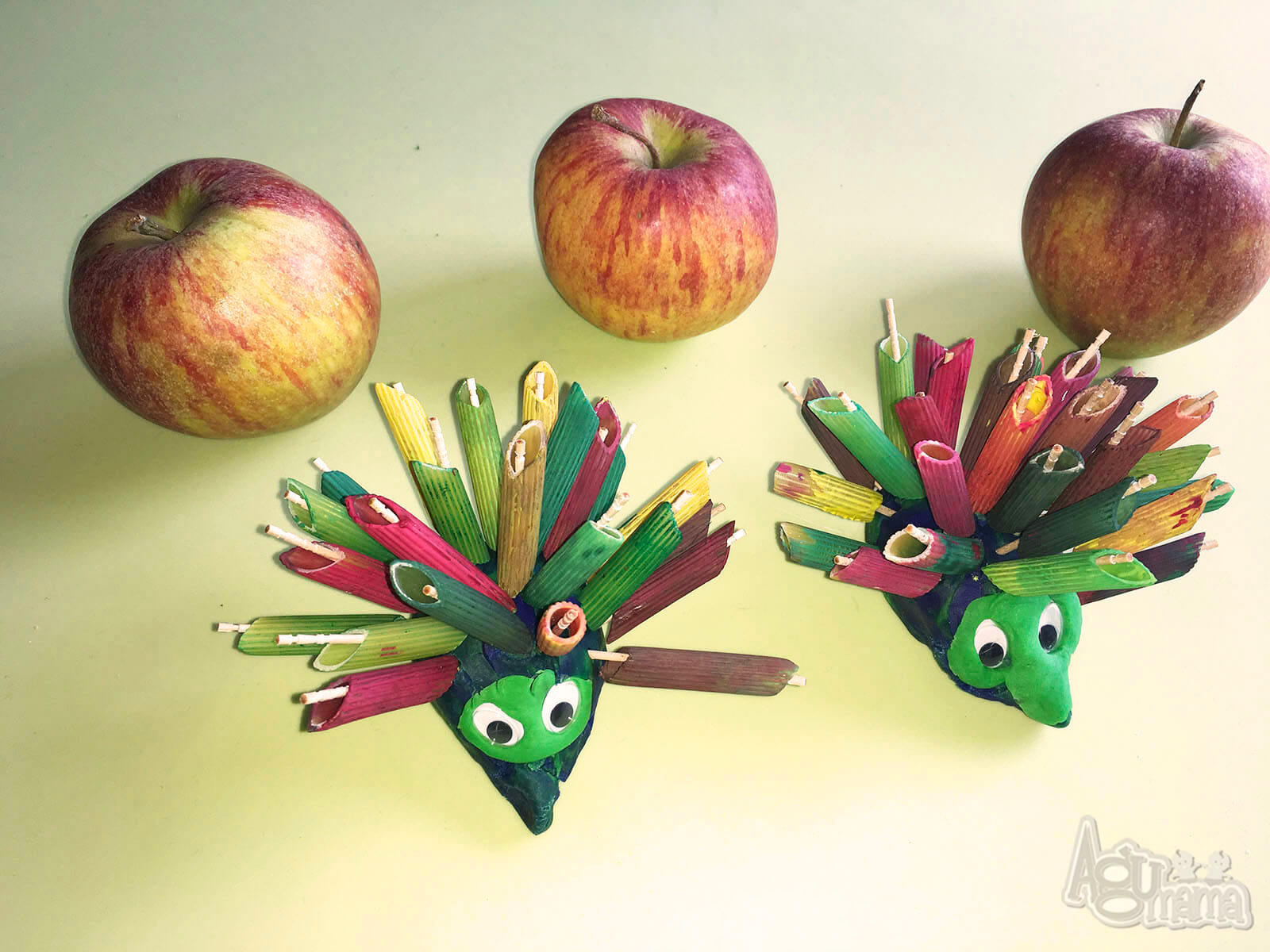 dzieciaki kochają jesień jeże z kolorowego makaronu