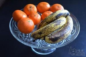 dojrzałę banany na paterze z mandarynkami