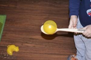 drewniana łyżka z żółtą piłką