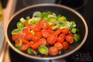 pasta z łososiem duszenie pora i pomidorków