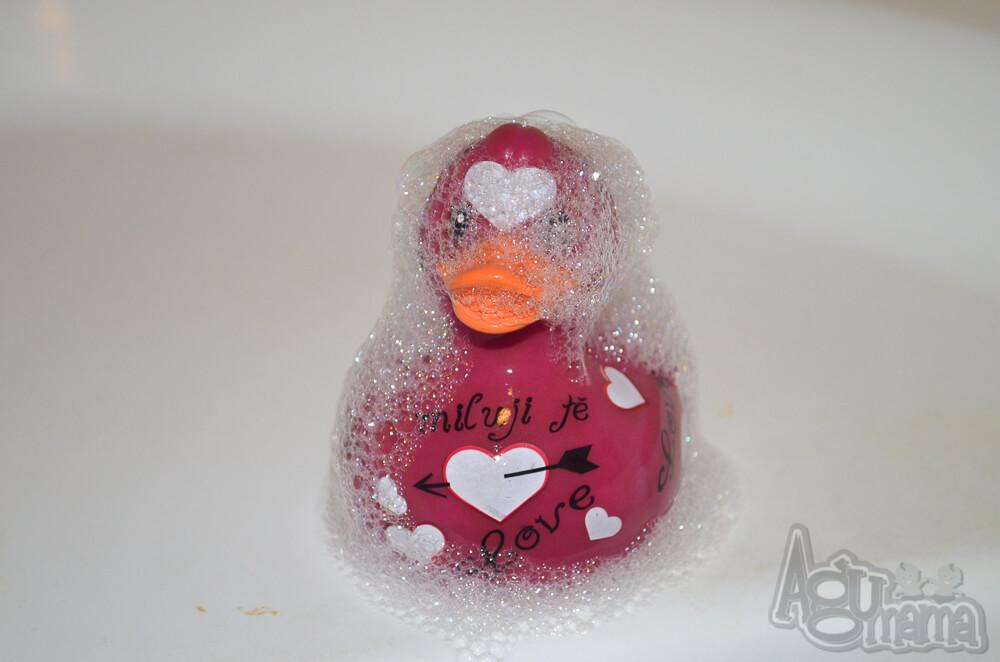 kąpiel dziecka kaczka zakamuflowana w pianie