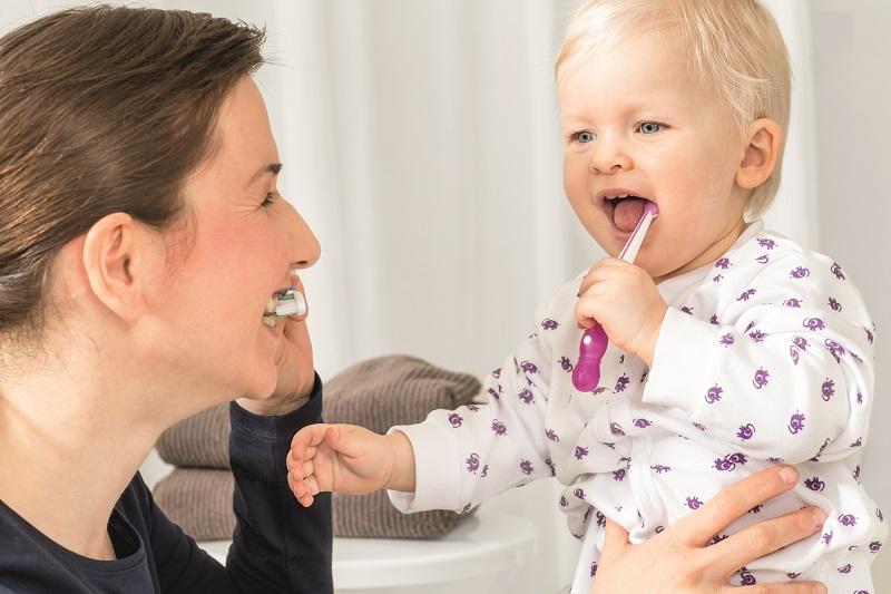 Jak dbać o zęby dziecka myjemy ząbki razem
