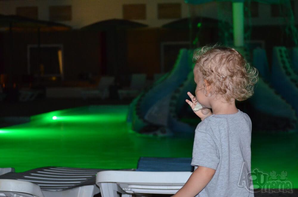 Polak na wakacjach Wiercisław przy basenie