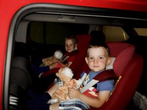 podróż samochodem z małym dzieckiem Fasolaki w fotelikach