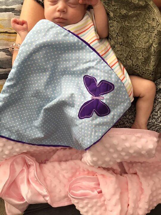 fioletowy motyl kocyk