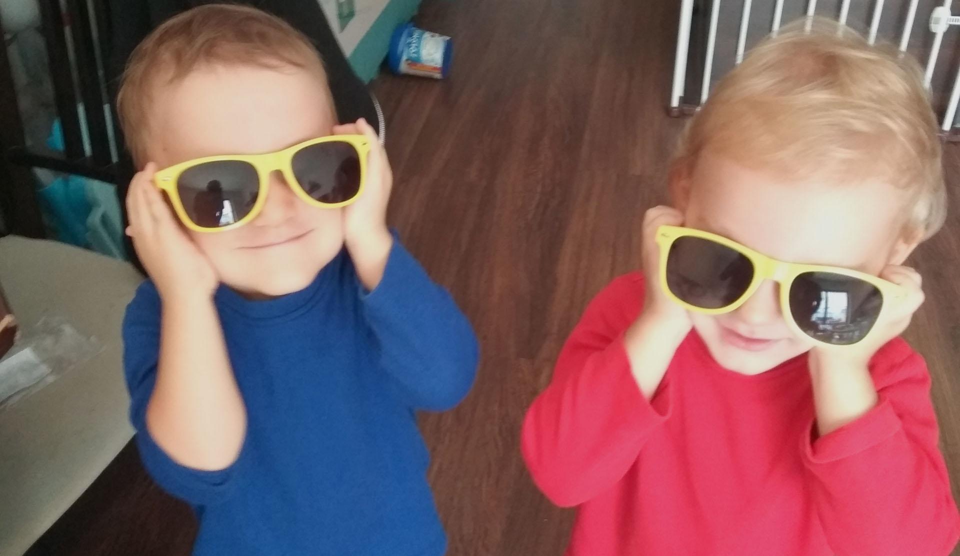dialogi bliźniąt chłopcy w okularach slonecznych