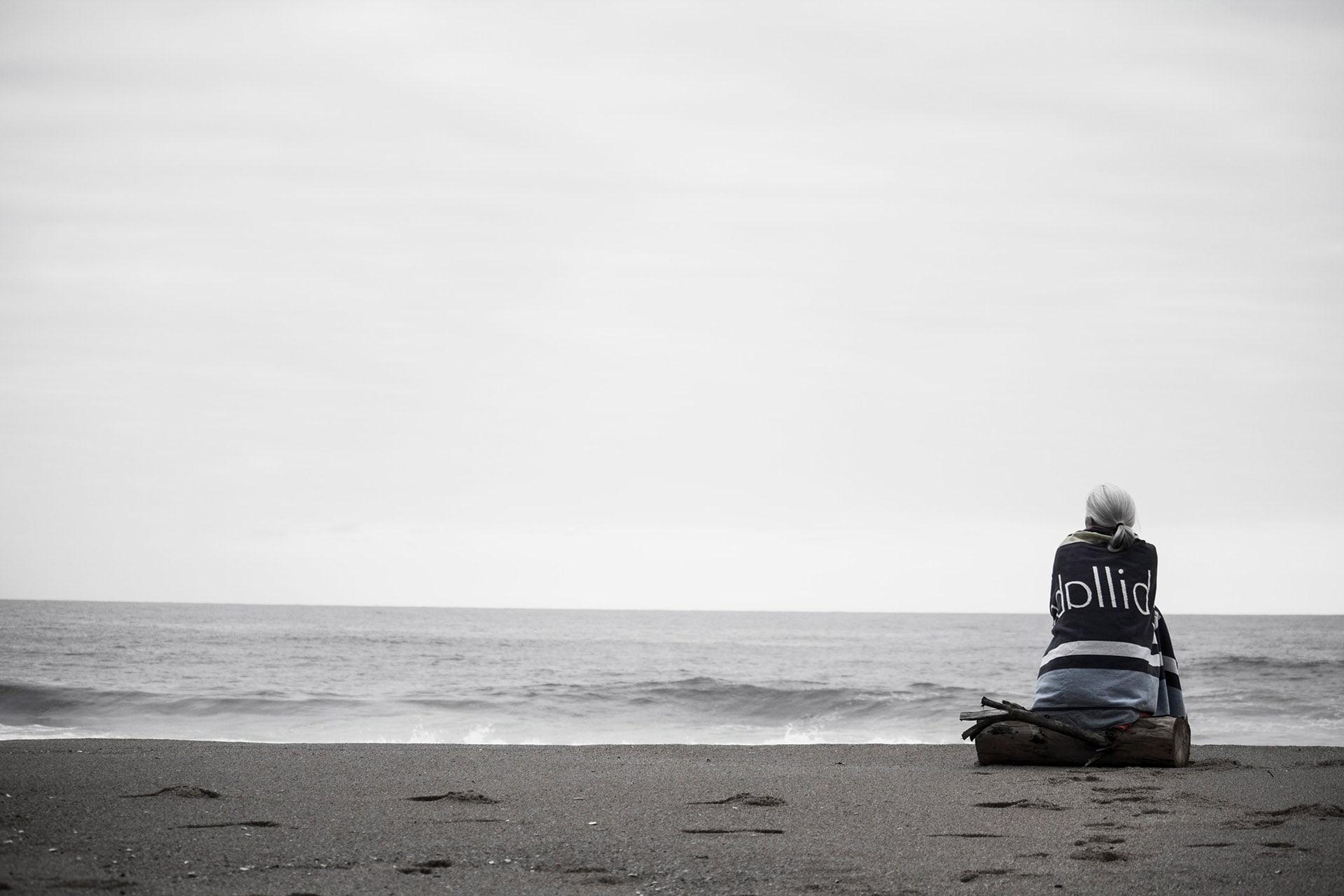 niepłodność to samotność kobieta na plaży