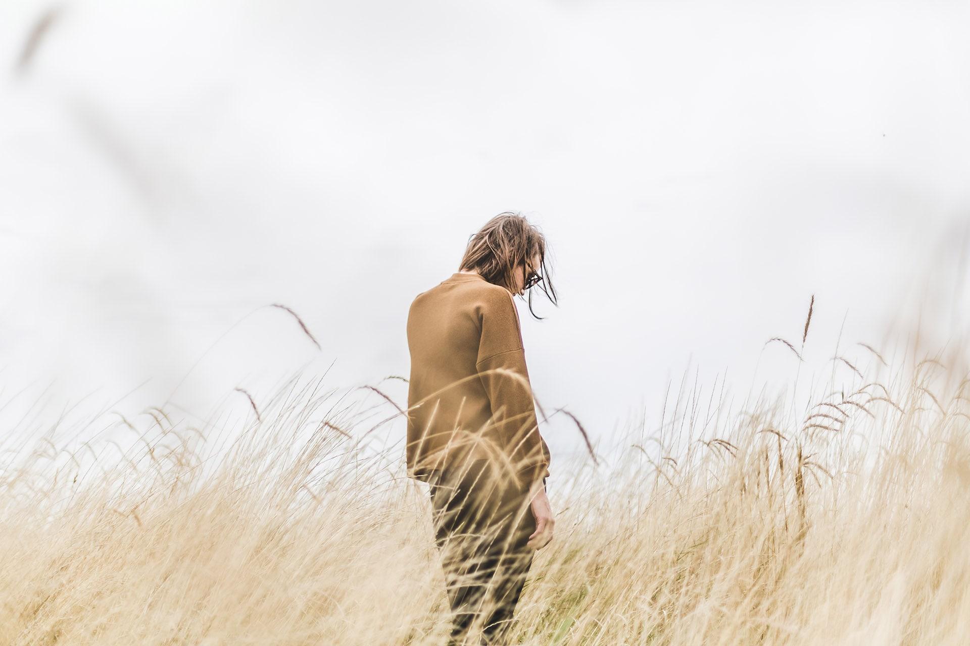 niepłodność to samotność kobieta w zbożu