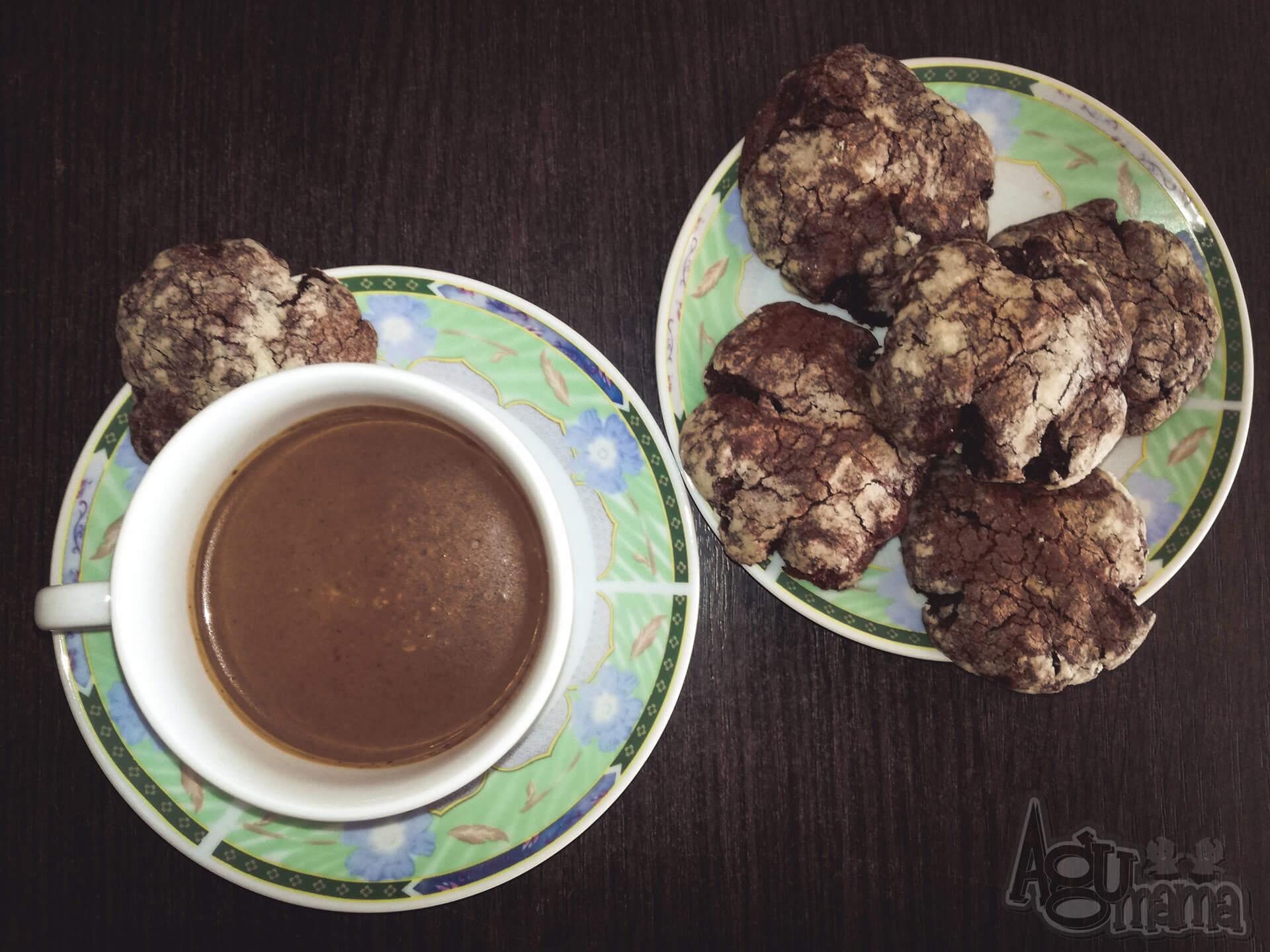 popękane ciasteczka czekoladowe i kakao