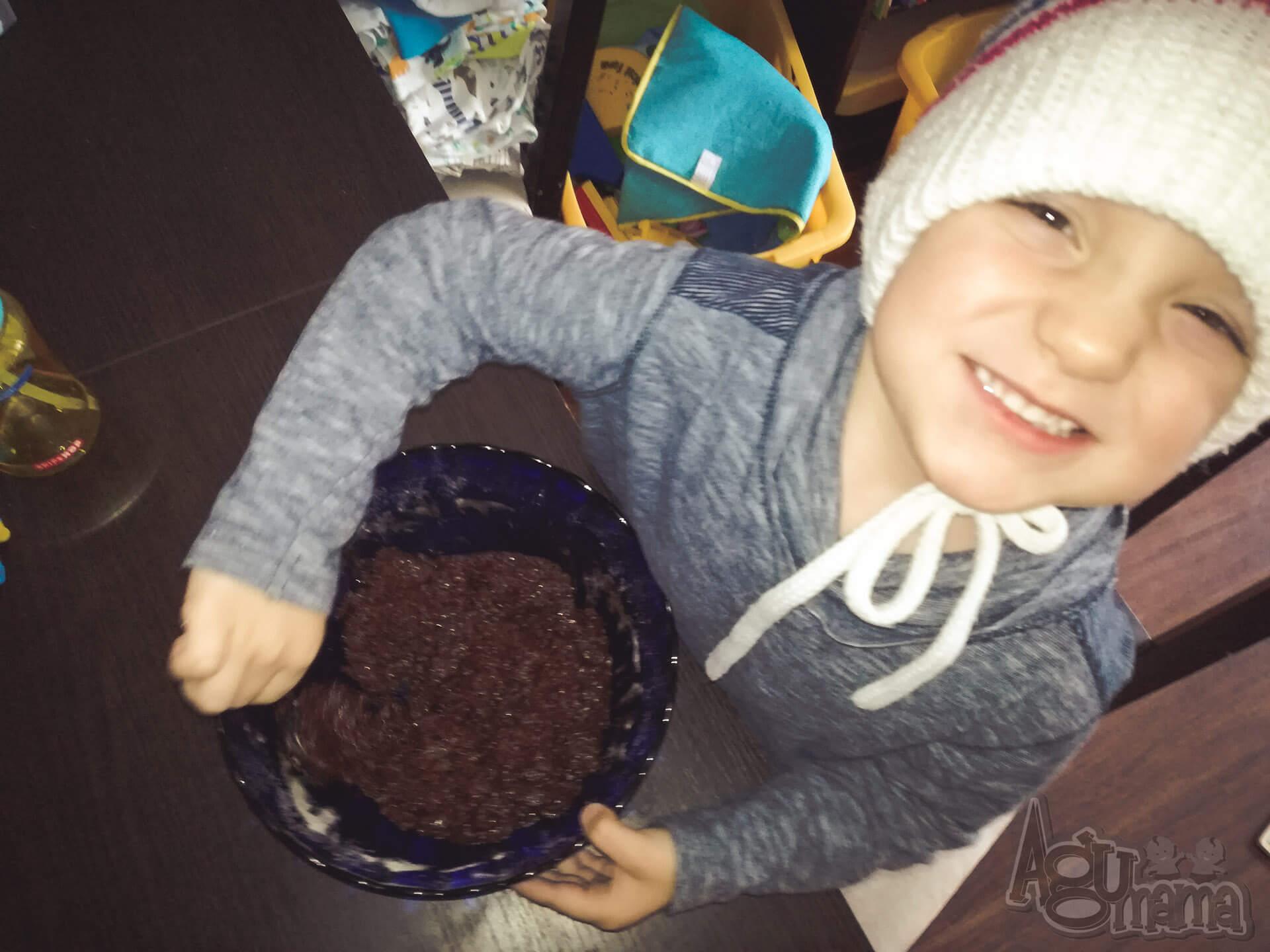 popękane ciasteczka czekoladowe Wiercisław miesza