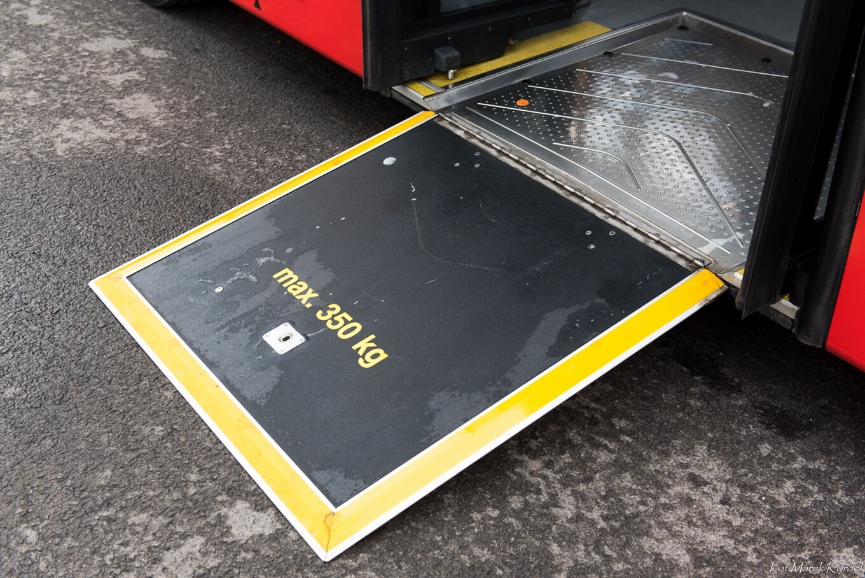 Jak bezpiecznie przewozić dziecko w komunikacji miejskiej platforma dla wózków inwalidzkich