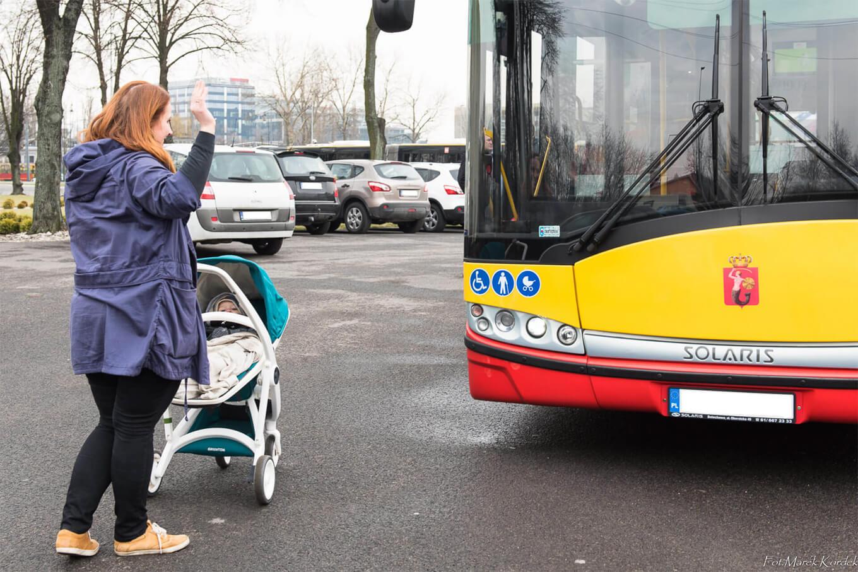 Jak bezpiecznie przewozić dziecko w komunikacji miejskiej dziecko mama sygnalizuje kerowcy zamiar skorzystania z autobusu