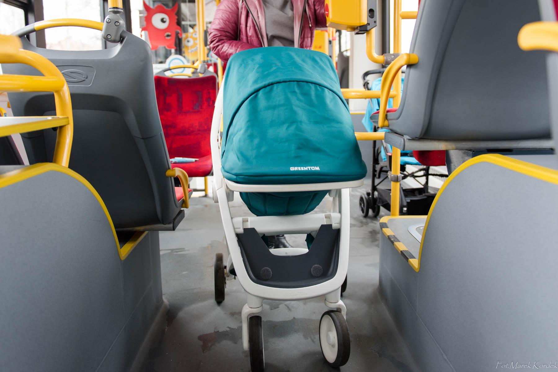 Jak bezpiecznie przewozić dziecko w komunikacji miejskiej wózek stojący w przejściu