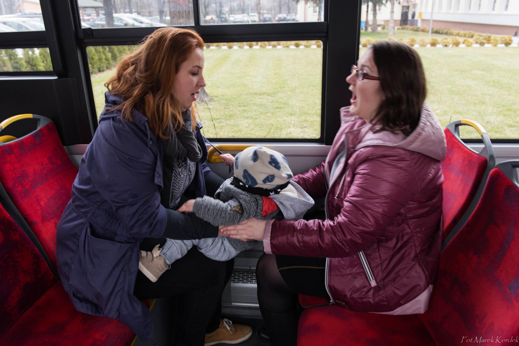 Jak bezpiecznie przewozić dziecko w komunikacji miejskiej dziecko jadące na kolanach
