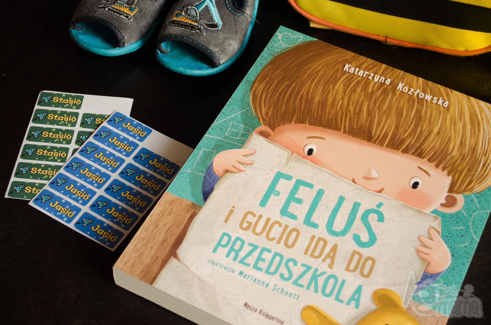 dziecko idzie do przedszkola Feluś i Gucio idą do przedszkola