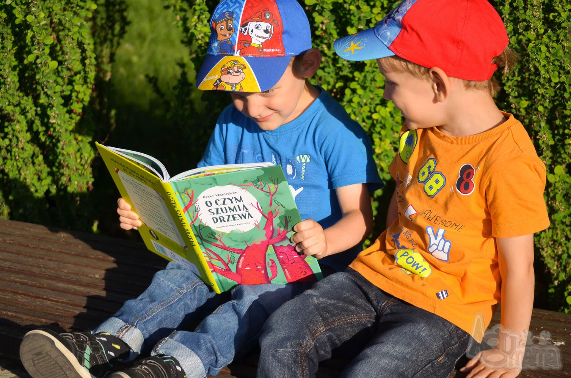 bracia czytają książkę razem