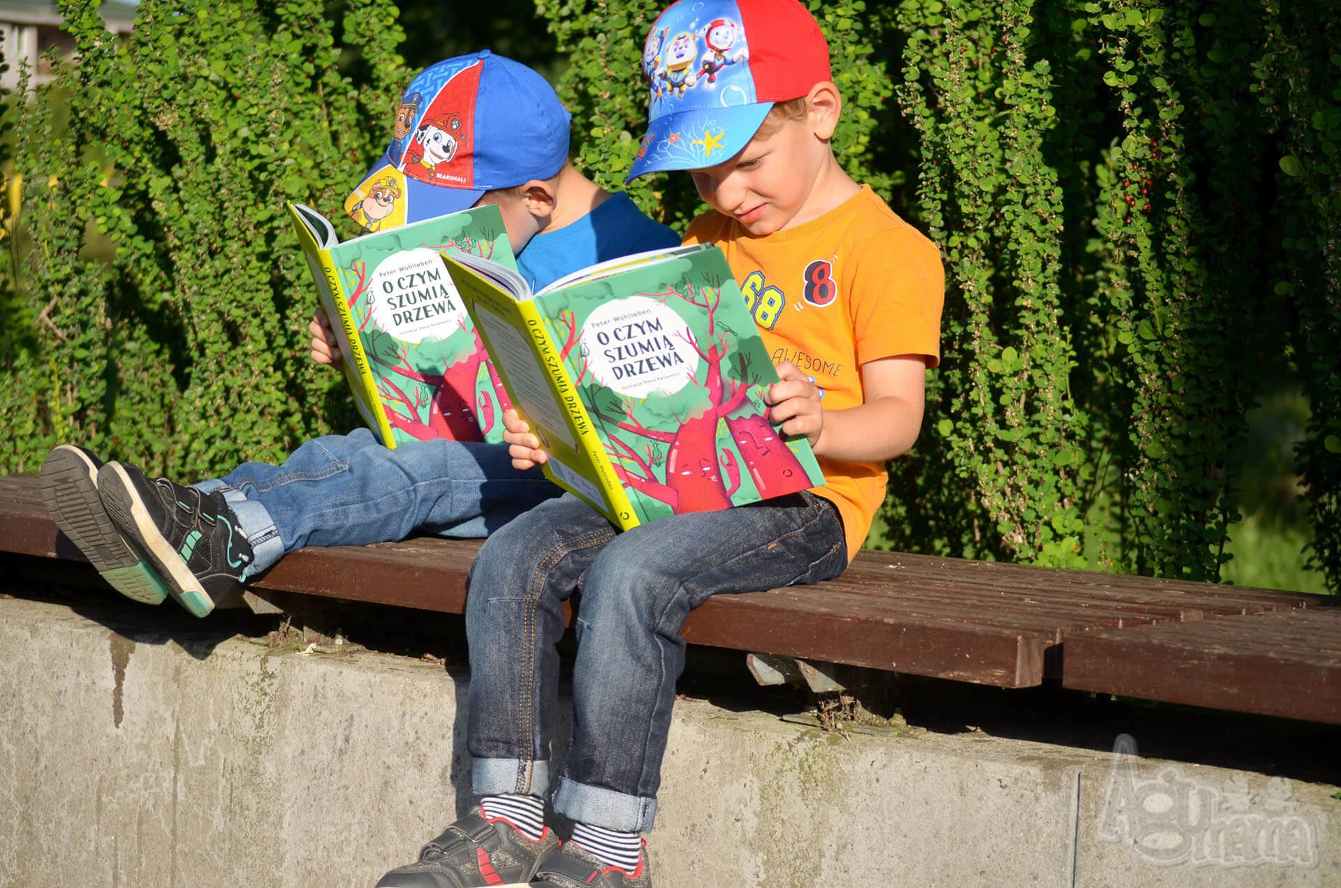 o czym szumią drzewa bliźniaki czytają swoje książki