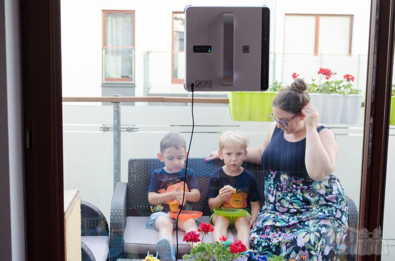 glassbot robot do mycia szyb ja z dziećmi na tarasie