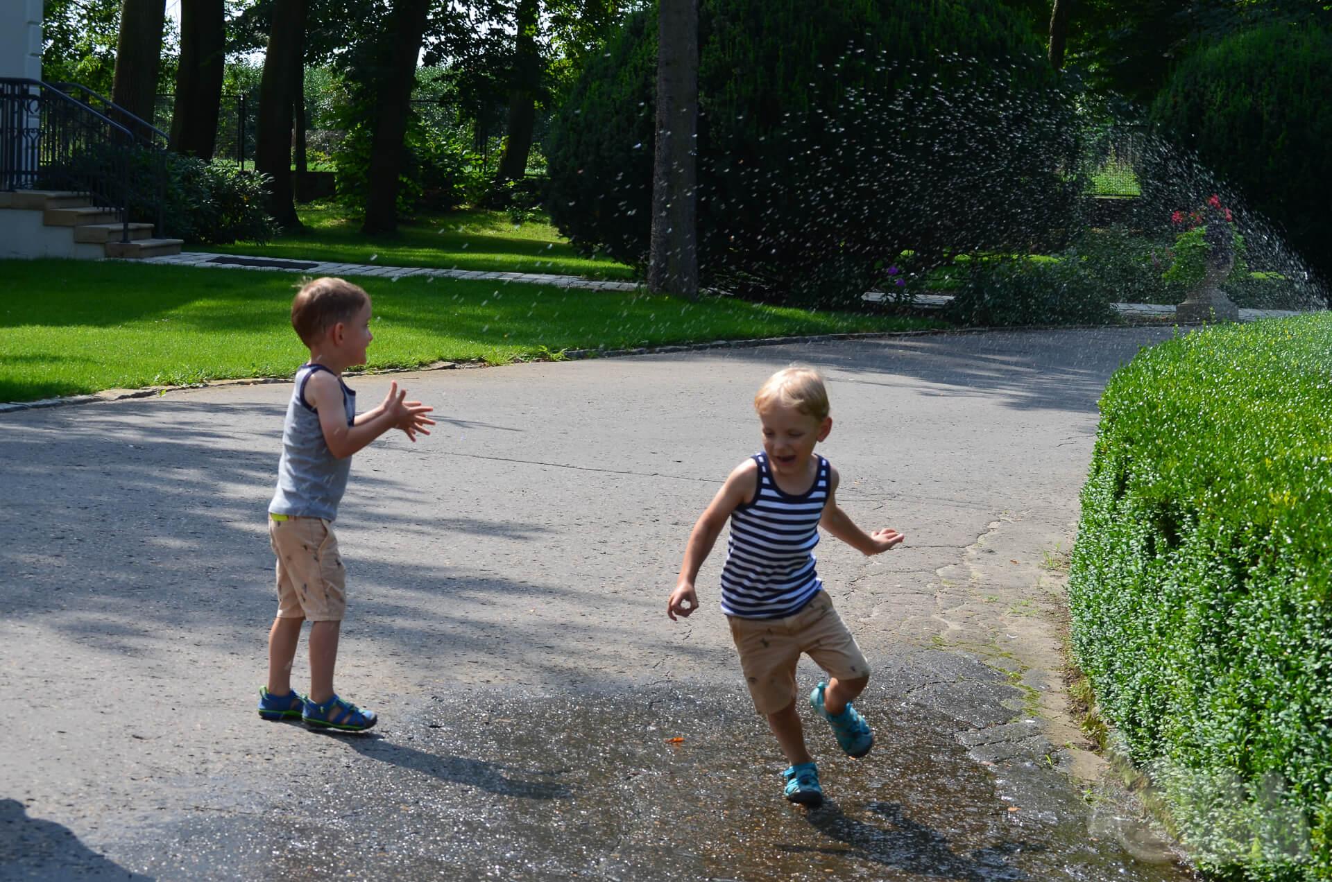 Pałac Mała Wieś chłopcy szaleją przy zraszaczach
