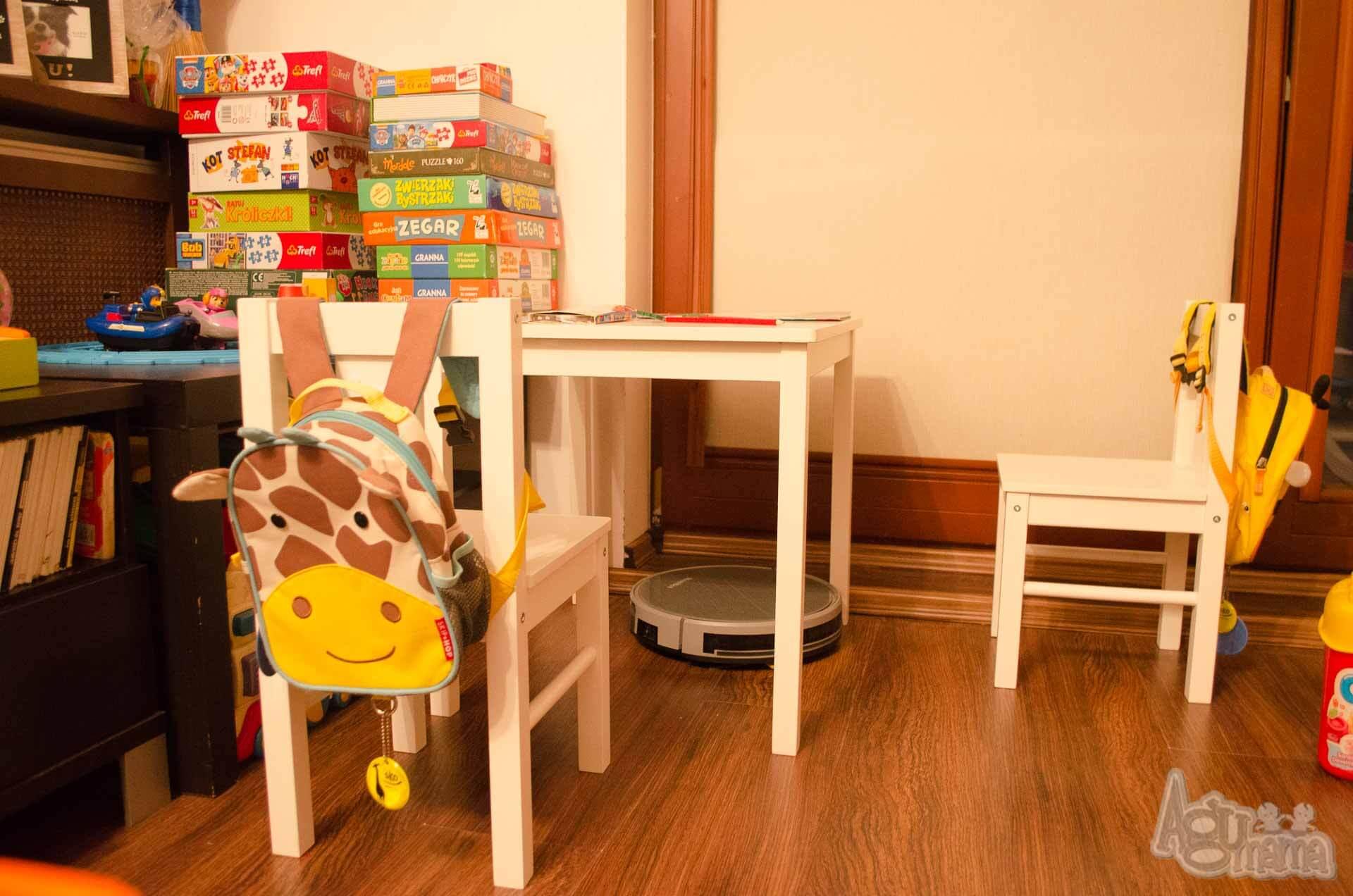 robot sprzątający pod stolikiem dzieci