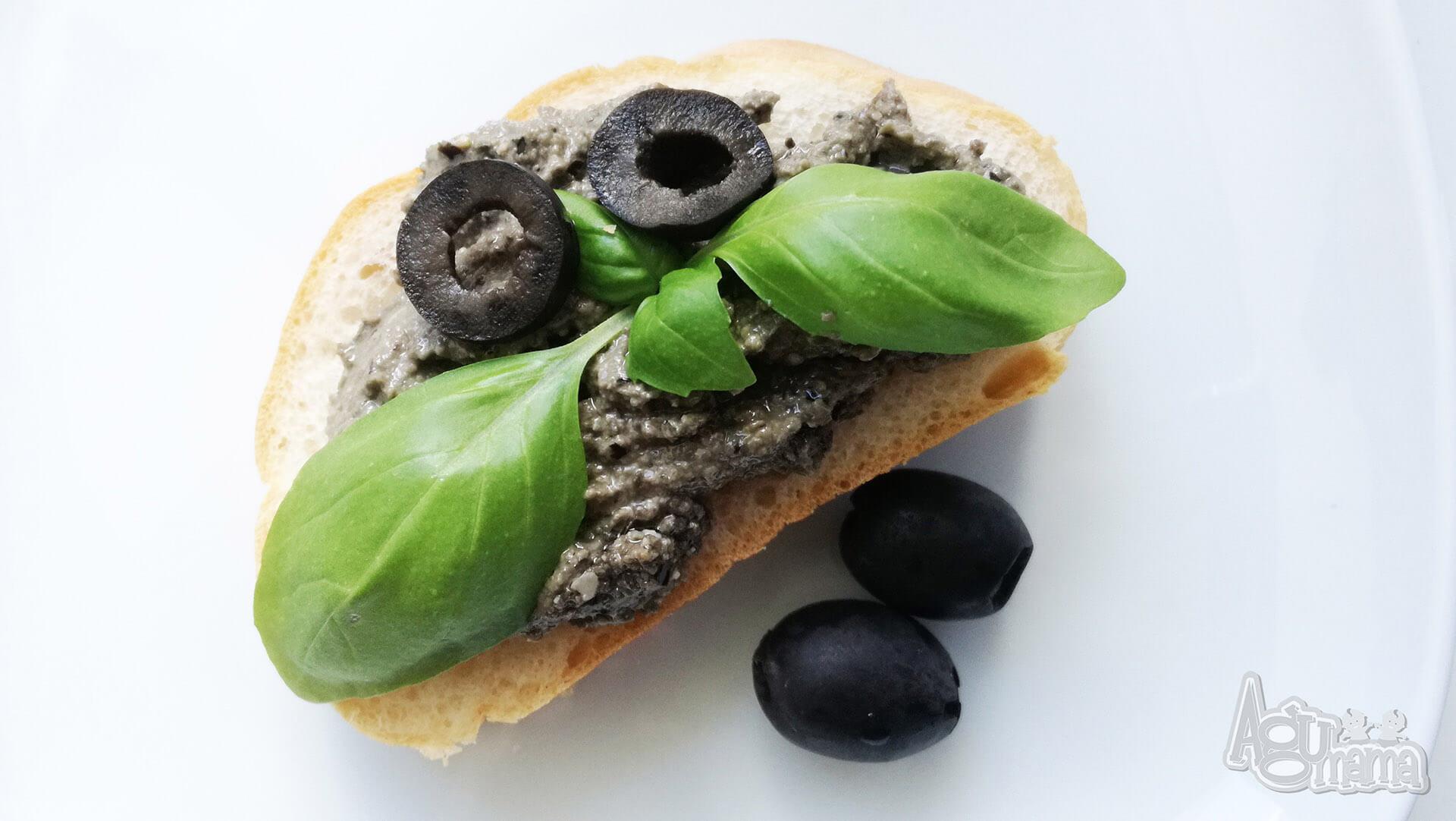 czarne pesto jako pasta do bagietki