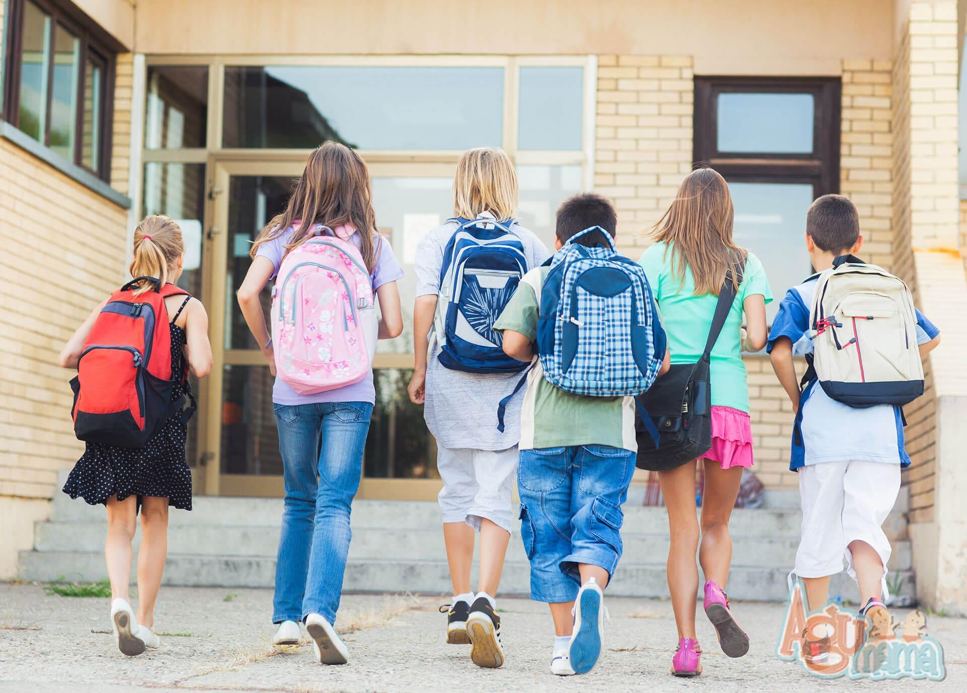 ubezpieczenie dziecka dzieci idące do szkoły