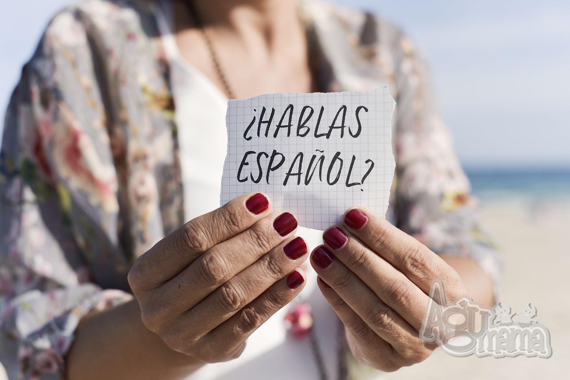 język hiszpański dla dzieci kobiece ręce trzymają kartkę z pytaniem czy mówisz po hiszpańsku