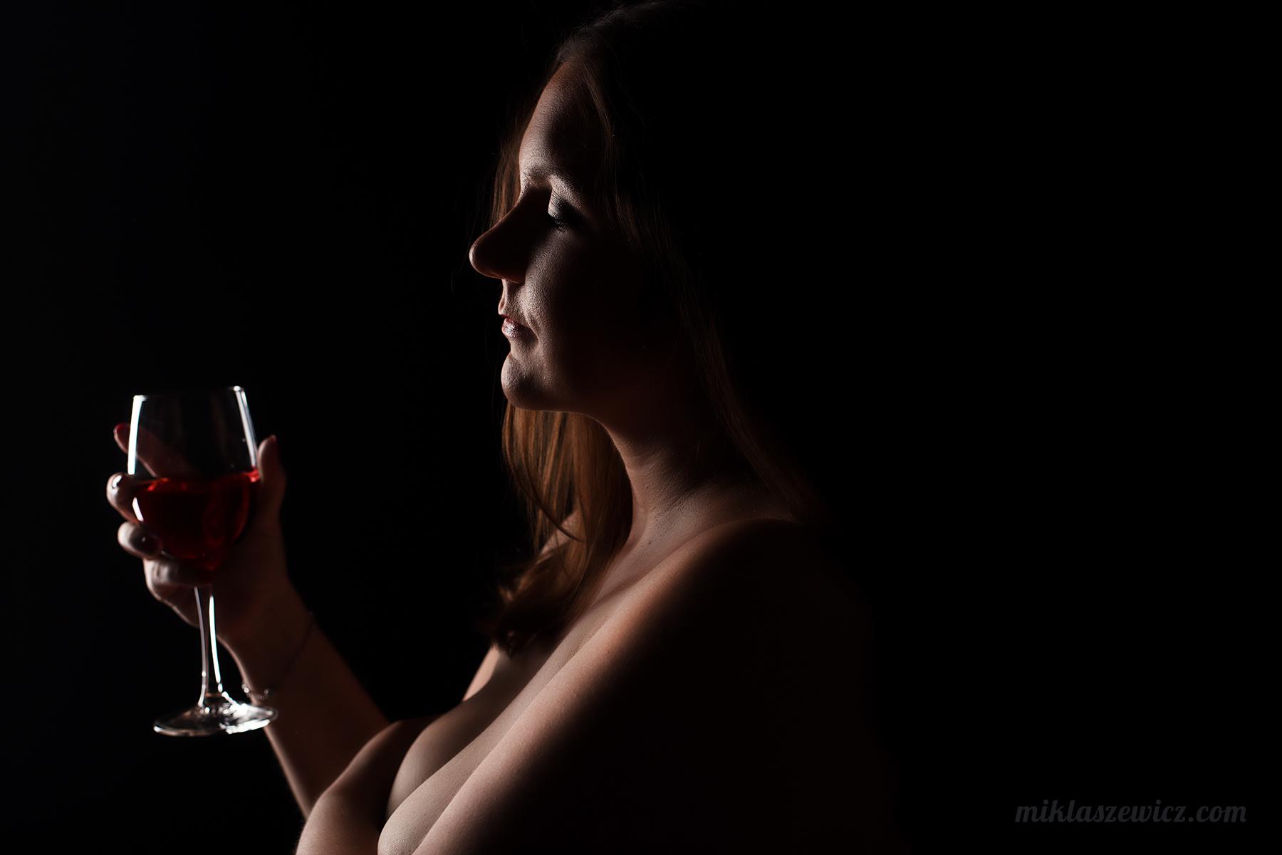 kobieta jest piękna kobieta z kieliszkiem wina
