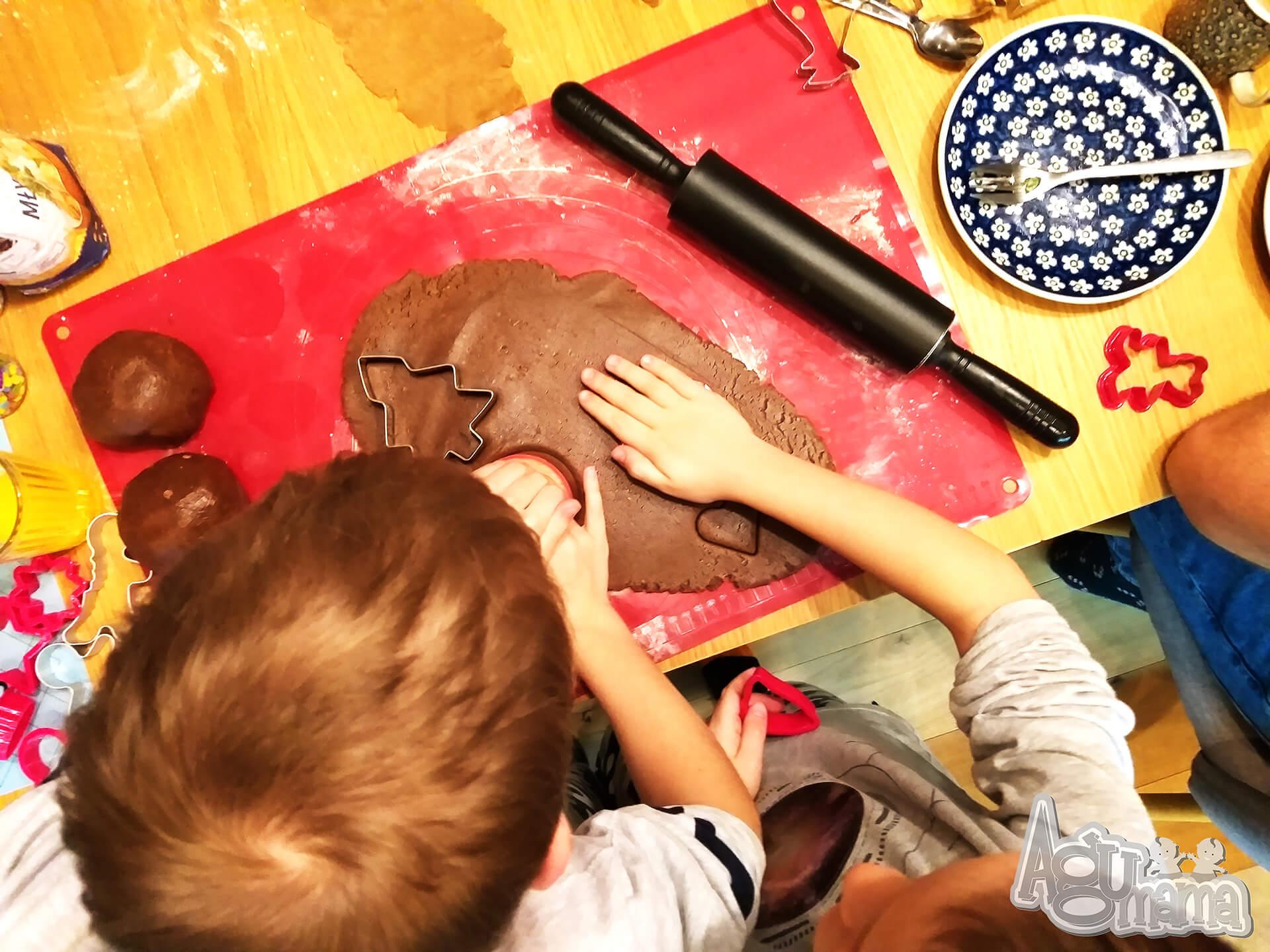 dzieci ozdabiają pierniczki