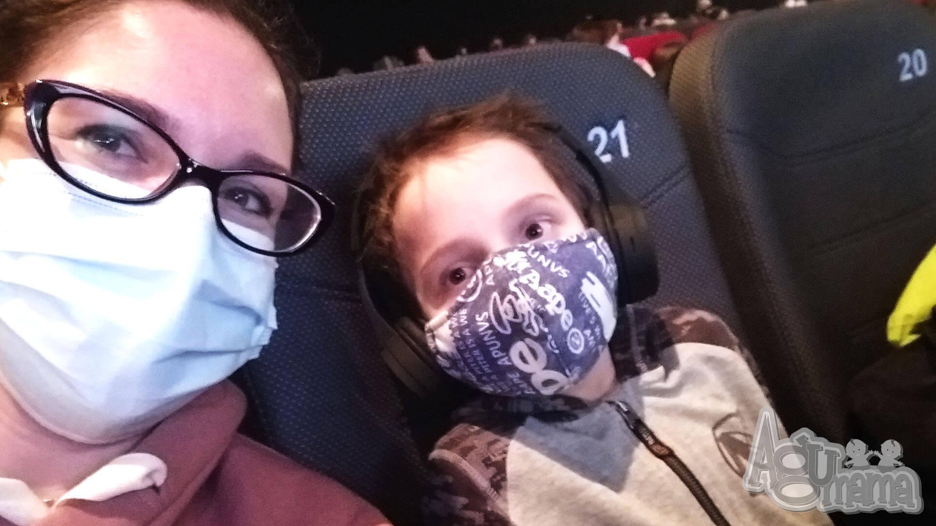 z dzieckiem w kinie podczas pandemii